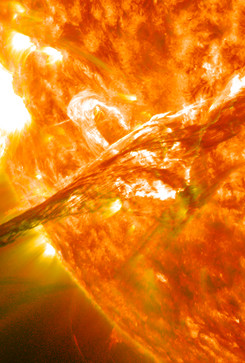 Scoperta l'origine delle 'lingue' di plasma del Sole (By NASA Goddard Space Flight Center - Flickr: Magnificent CME Erupts on the Sun - August 31, CC BY 2.0, https://commons.wikimedia.org/w/index.php?curid=21422679) (ANSA)