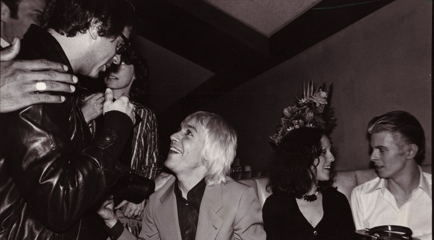 Dann Fields, Iggy Pop, Lisa Robinson e David Bowie in una foto di scena del film ''Mother of Rock: Lillian Roxon'' regia di Paul Clark