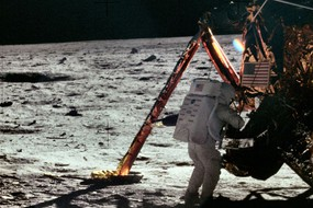 Apollo 11 - Neil Armstrong appena sceso sulla Luna (Foto NASA - Project Apollo Archive) (ANSA)