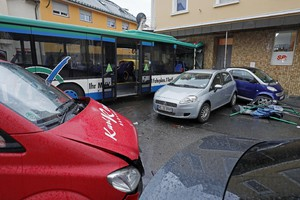 School bus accident in Eberbach - epa06442750 A school bus stands after ramming into a building in Eberbach, Germany, 16 January 2018. The accident injured at least 20 children, according to police.  EPA/RONALD WITTEK (ANSA)