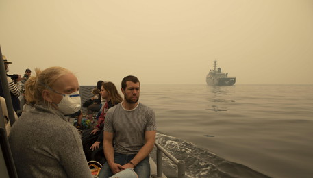 Australian navy evacuates people from communities affected by bushfires (ANSA)